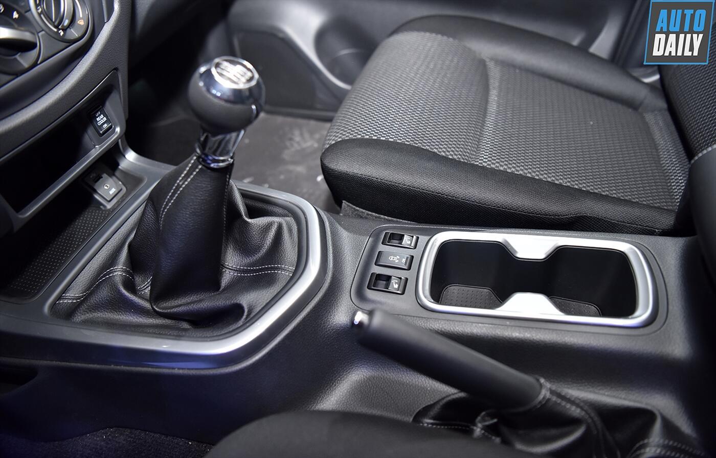 Nissan Terra 2.5 4WD AT (Máy xăng) - Hình 17