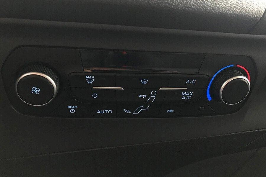 Ford Tourneo Trend (Máy xăng) - Hình 31