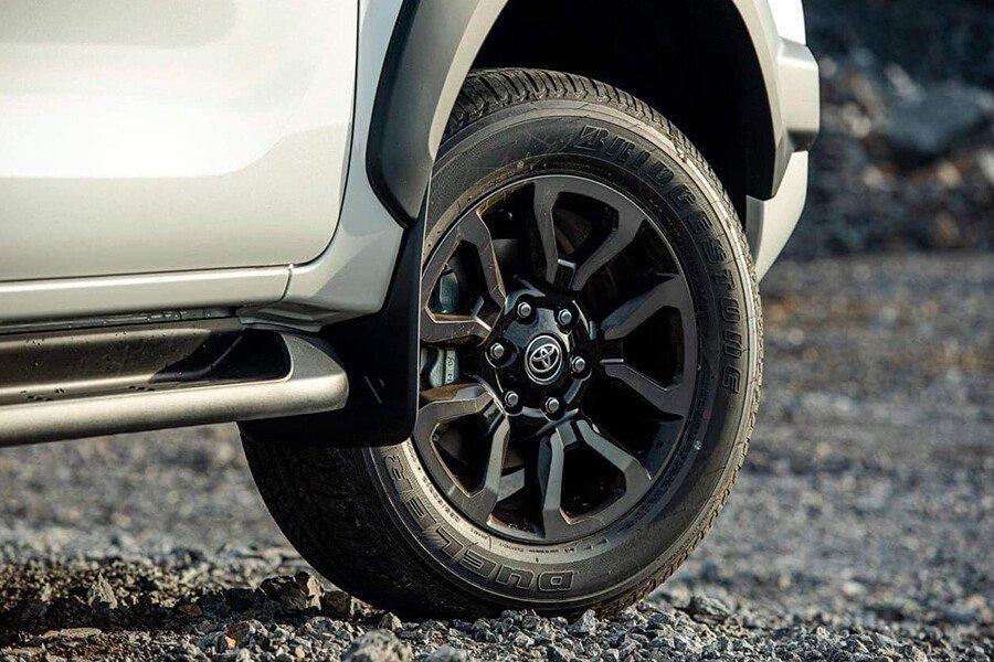 Toyota Hilux 2.4L 4X2 AT - Hình 4